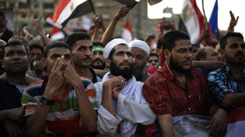 """Después de la """"Primavera Árabe"""", la política de Egipto se ha convertido entre un campo de batalle entre los """"hermanos musulmanes"""" y el régimen militar"""