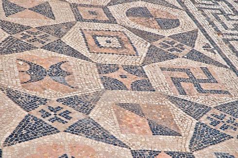 Representación de una esvástica en un mosaico romano
