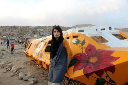 La artista iraní Neda Taiyebi se dedica a transformar viejos tanques en obras de arte en Afganistán.